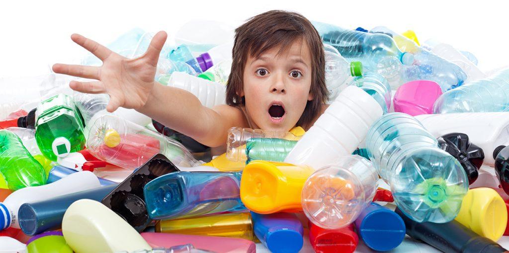 Kid dans le bac en plastique
