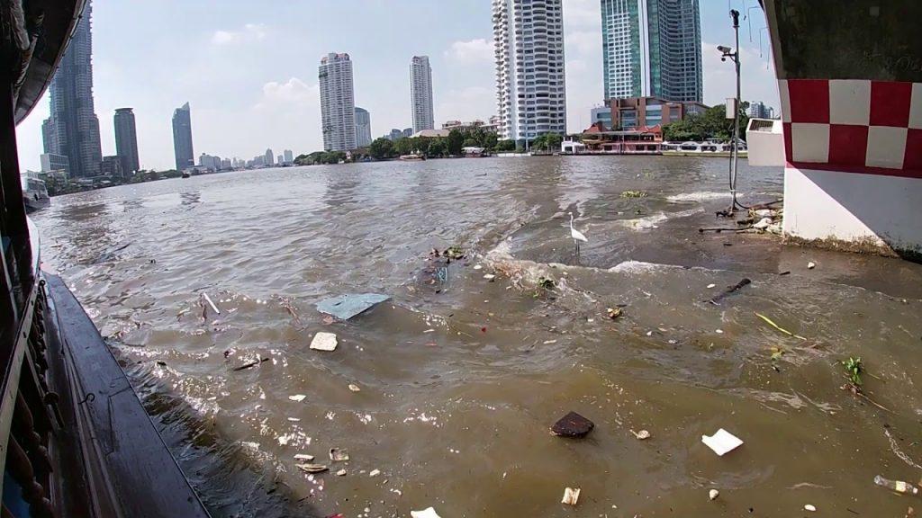 Déchets plastiques dans la rivière