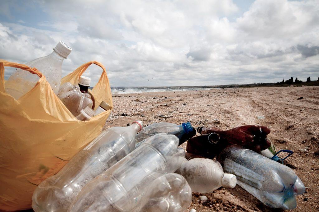 plage de déchets plastiques